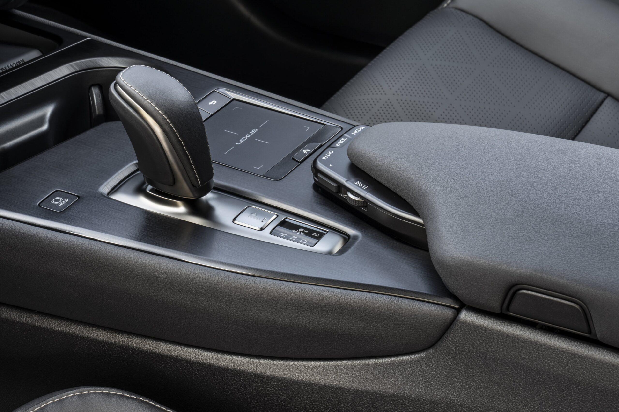 Lexus UX300e 08